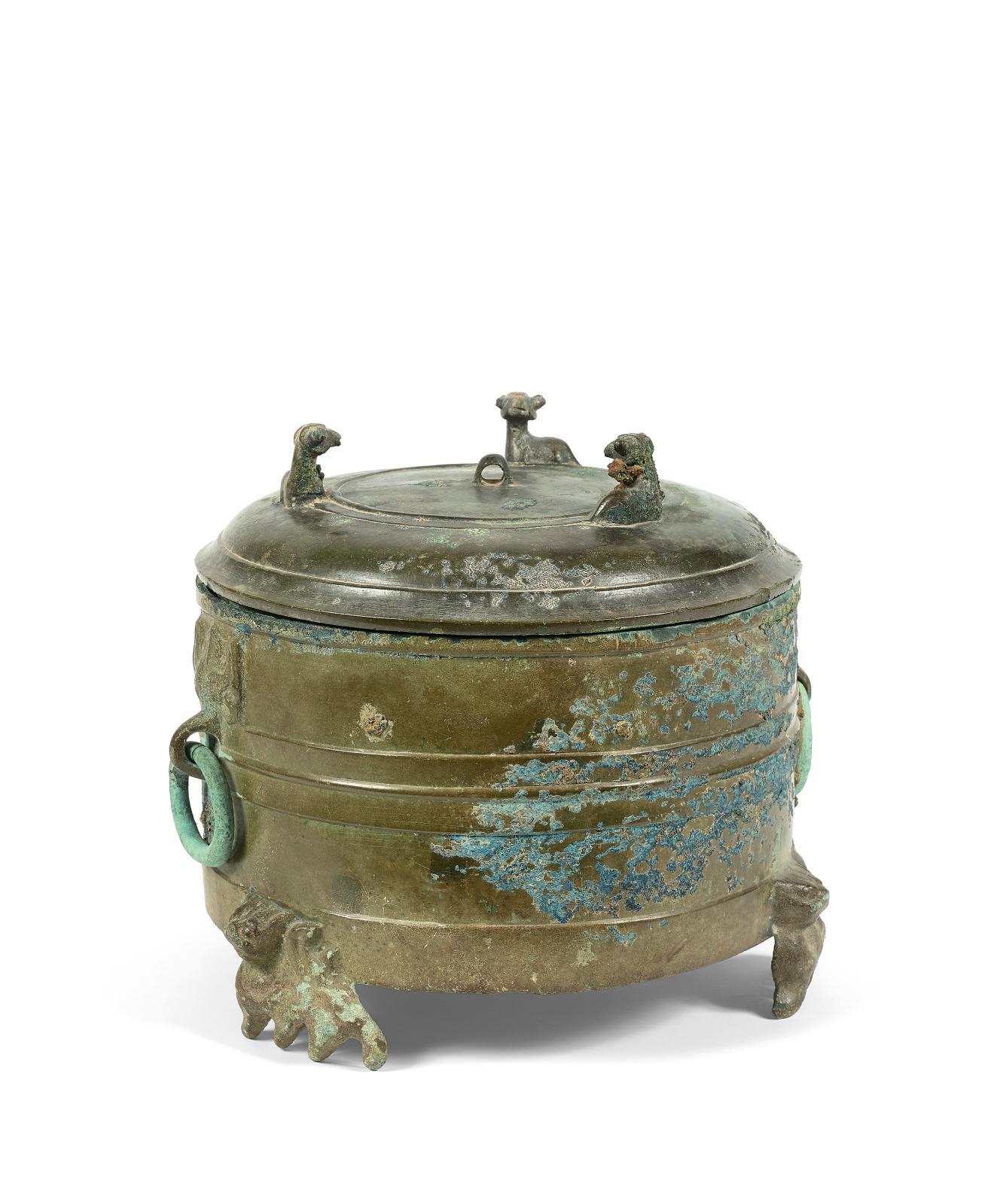 Chine, dynastie Han, IIesiècle av.-IIesiècle apr.J.-C. Boîte à cosmétique Lian de forme cylindrique, bronze de patine vert olive avec nombreuses z