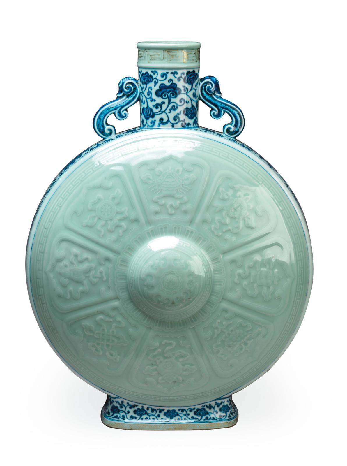 Chine, époque Qianlong(1736-1795). Gourde baoyueping en porcelaine émaillée céladon sur la panse et en bleu sous couverte sur les côtés et le col, h.