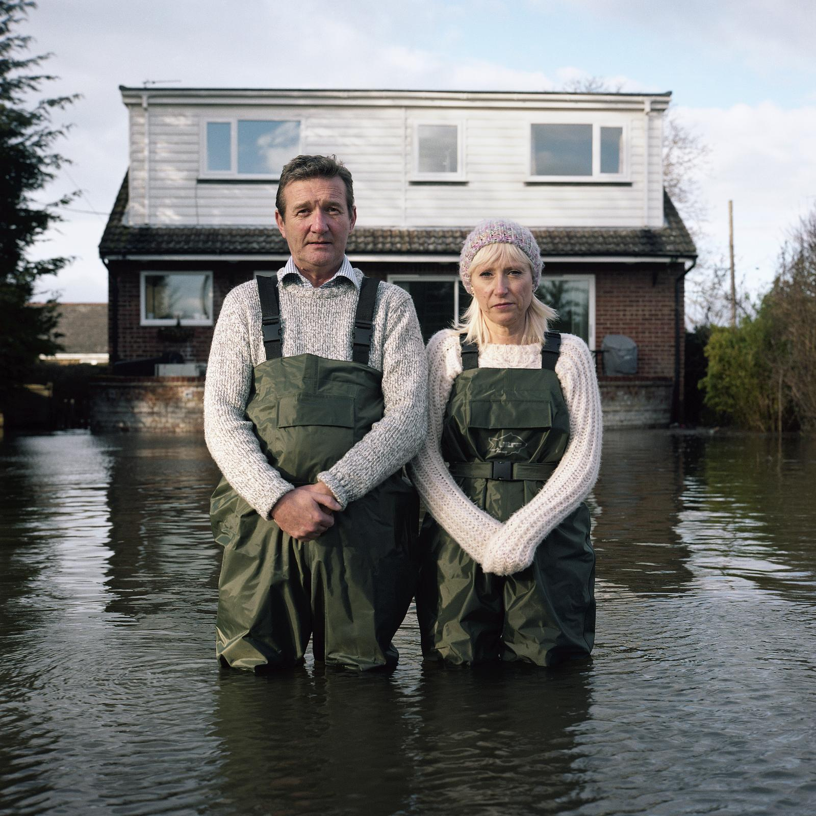 Gidéon Mendel, Jeff and Tracey Waters, Staines-upon-Thames, Surrey, Royaume-Uni, février2014, série «Portraits submergés». Exposition «Un monde qui s