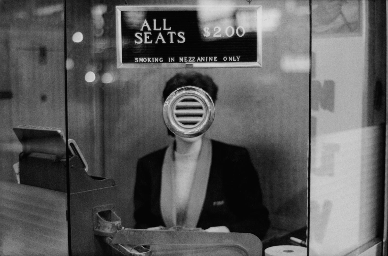page de gauche Joel Meyerowitz, Guichet de salle de cinéma, Times Square, New York, 1963. Exposition «Early Works». Avec l'aimable autorisation de l'a