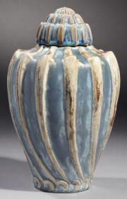 3300€Manufacture nationale de Sèvres, vase coquillage et son couvercle en grès porcelainique, couverte émaillée à cristallisations bleues, 1902, cac