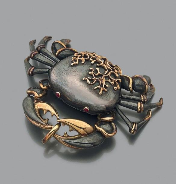 13388€René Boivin, clip «crabe» articulé en argent rehaussé d'or jaune 18K, formant boîte à secret, les yeux sertis de rubis cabochon, signé, vers1