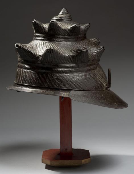 24083€Japon, période Edo, XVIIesiècle, kawari kabuto en fer naturel repoussé d'une seule pièce en forme de coquillage de mer. Drouot, 20décembre2