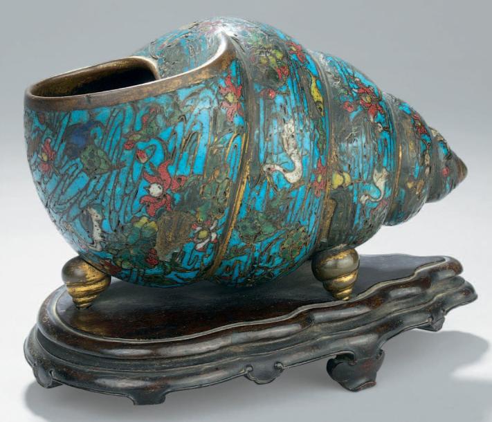 61250€Chine, XVIe-XVIIesiècle, dynastie Ming, coquillage en bronze doré et émaux cloisonnés, trois pieds en forme de coquillages en bronze doré, 13