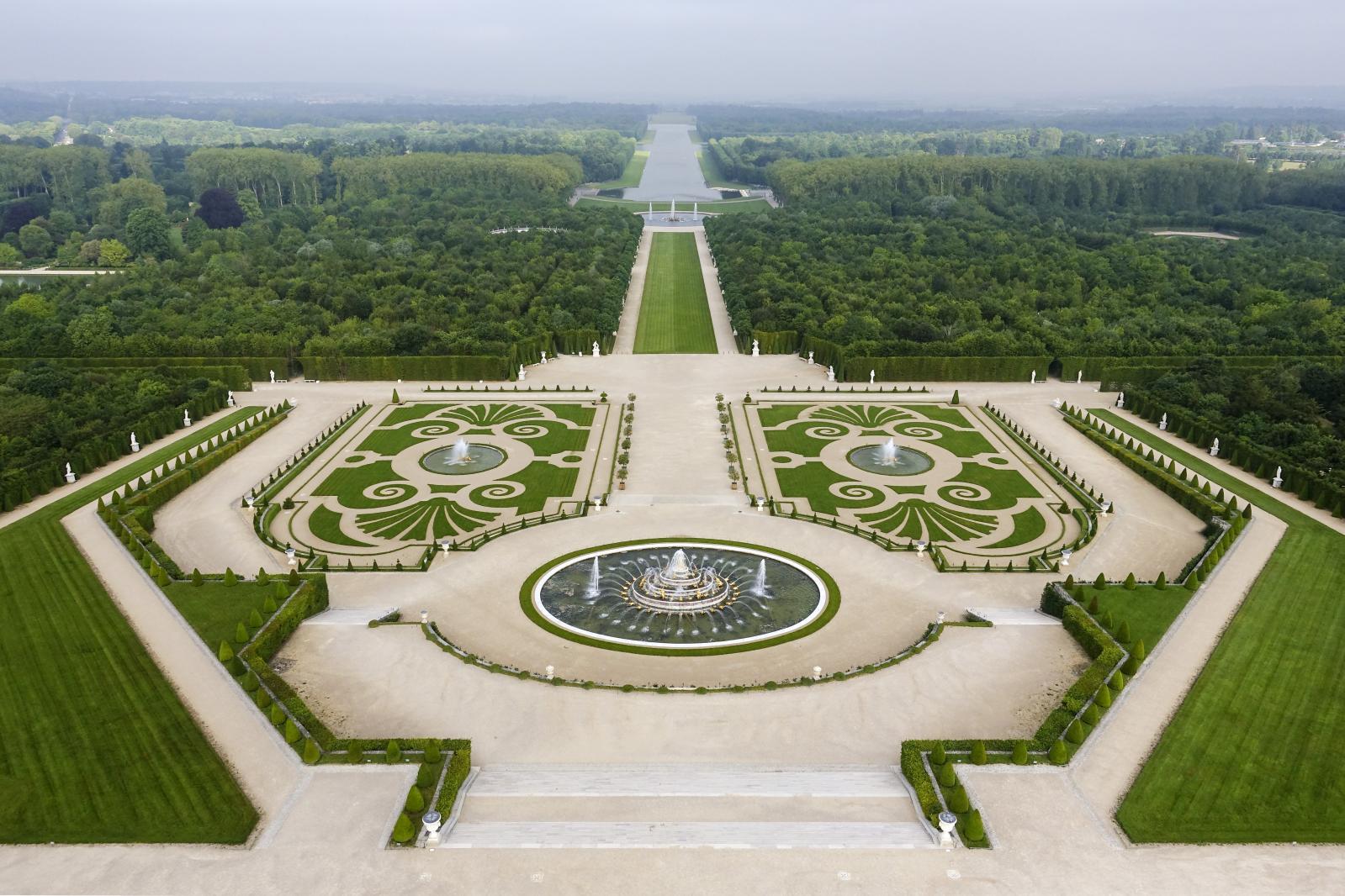 Vue des jardins vers l'ouest, avec les parterres et le grand canal. ©Thomas Garnier