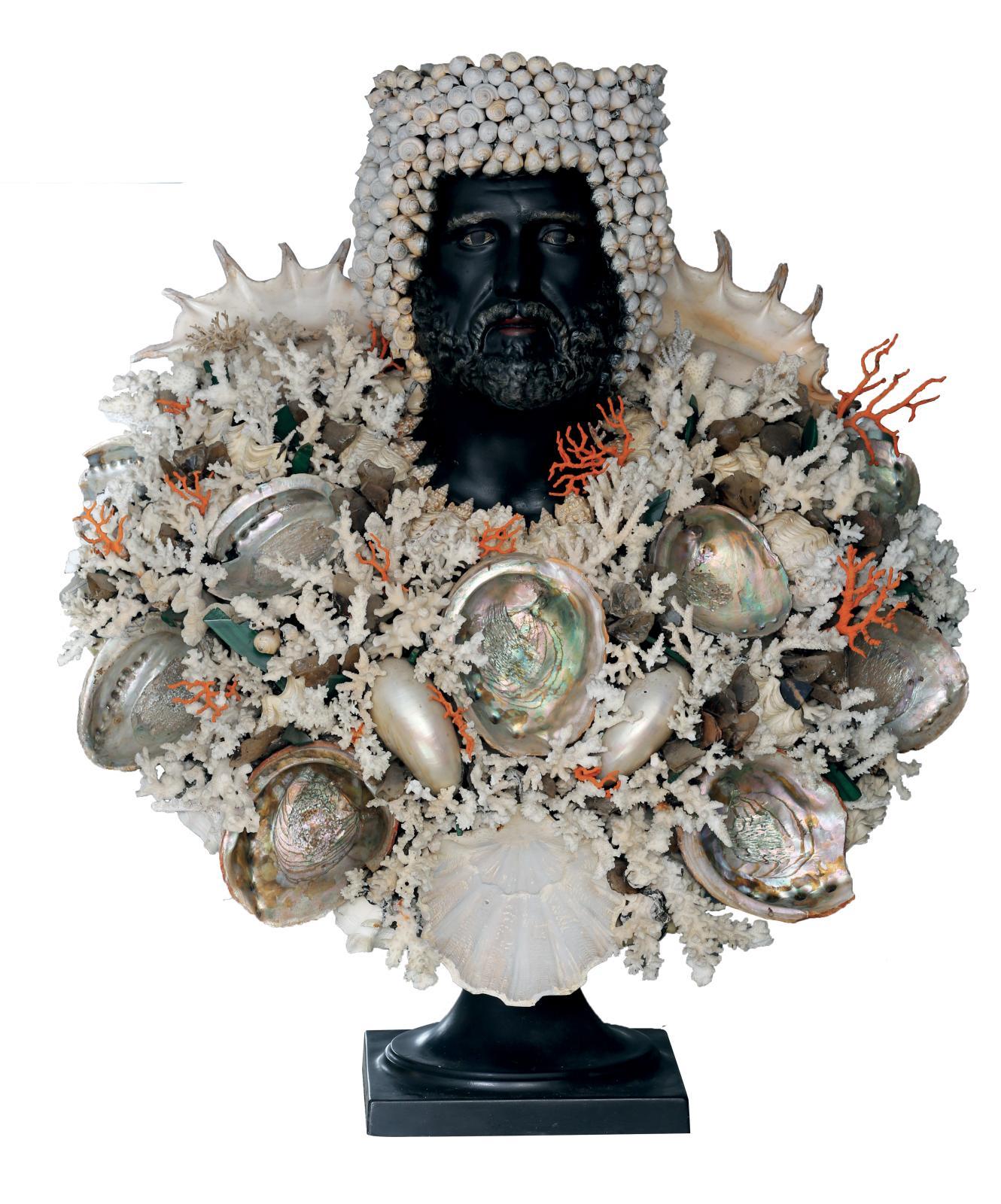 16380€Italie, XXesiècle, buste du dieu Poséidon, carton martelé, bois noirci, décor collé de coquillages, coraux et cristaux, 100x75cm.Cannes, s