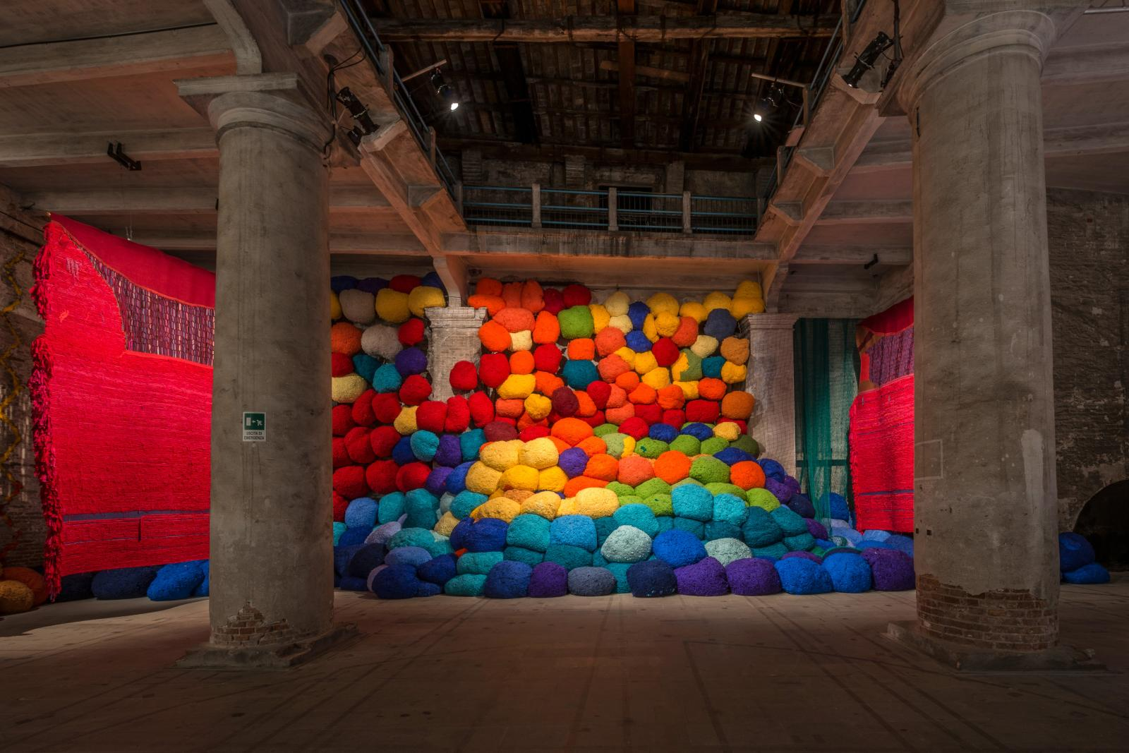 Sheila Hicks (née en 1934), Scalata al di la dei terreni cromatici/Escalade Beyond Chromatic Lands, 2016-2017, installation, technique mixte, 6 x 16 x
