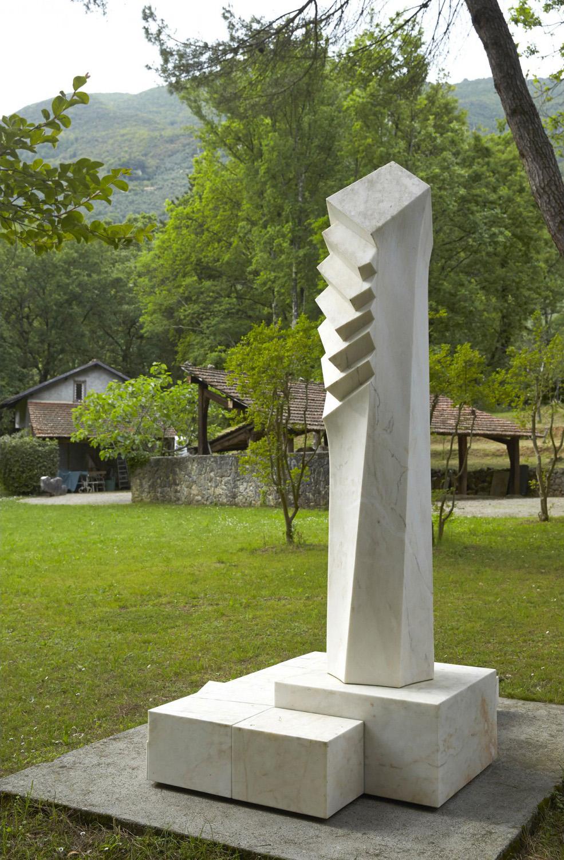 Carla Lavatelli (1928-2006), Growing Energy, marbre rose du Portugal, 300x236x192 cm. Drouot-Richelieu, Paris, le 24 octobre 2014, Auction Art Rém