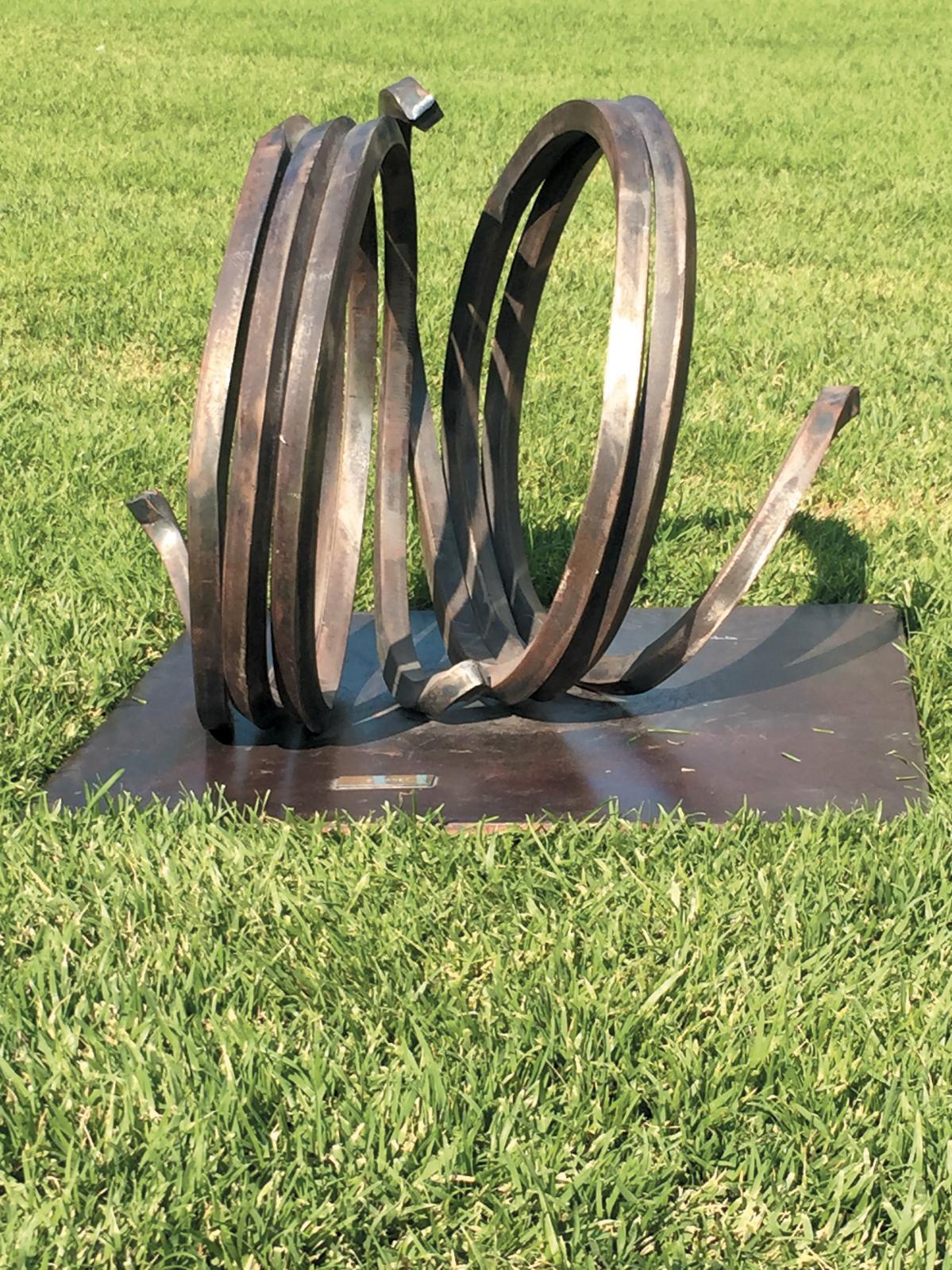 Bernar Venet, né en 1941, Deux lignes indéterminées, sculpture en acier, 38 x 48 x 38 cm,Cannes, Besch Cannes Auction OVV, 15 août 2015. Adjugé: 527