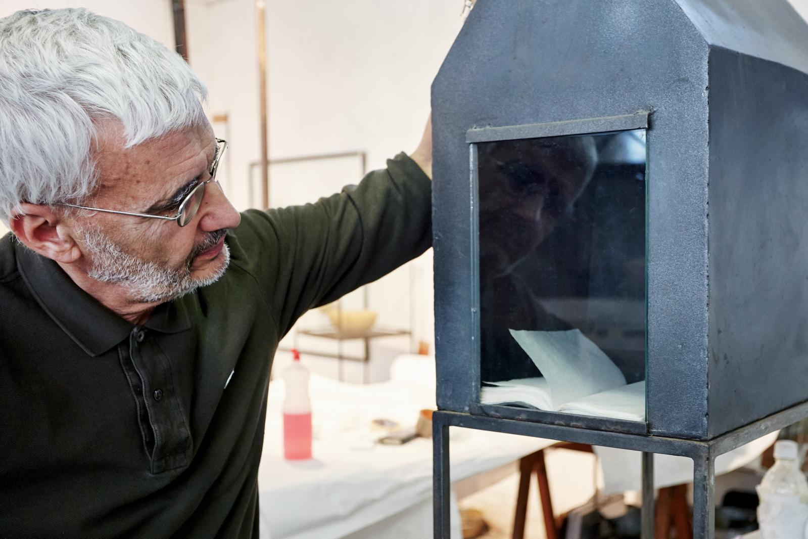 Gregorio Botta dans son atelier. ©Simon d'Exea