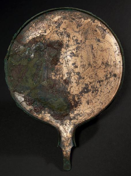 1700€Grand miroir rond, à soie et à talon, gravé d'une scène représentant l'enlèvement de Thétis, bronze, seconde moitié du IVesiècle av.J.-C., h.