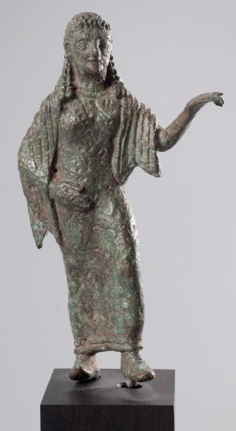 5000€Korè dans la position de l'offrande, bronze. VIe-Ve siècle av.J.-C. h. 12,5cm.Drouot, 15 mai 2013. Delorme & Collin du Bocage OVV