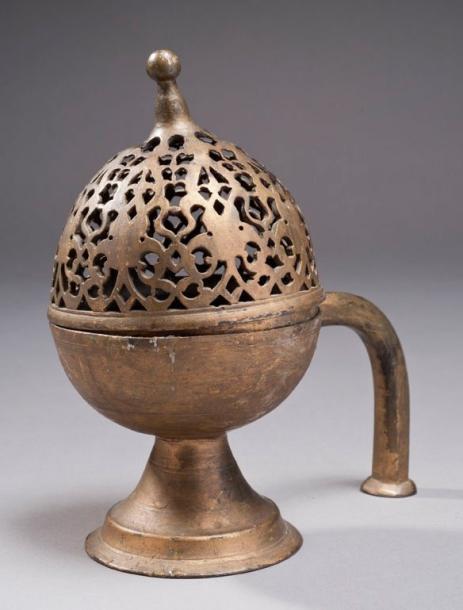 5865€Turquie, XVIIesiècle. Brûle-parfum ottoman en métal, à couvercle en dôme ajouré d'une frise de fleurons et de rinceaux en arabesques, h.21,5