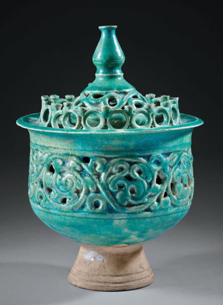 15000€Iran, XIIesiècle. Brûle-parfum en céramique, pâte siliceuse à glaçure turquoise, h.23cm.Drouot, 28novembre2013. Boisgirard - AntoniniOVV