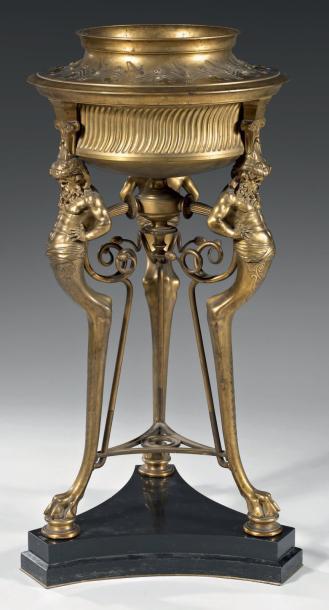 26023€F.Barbedienne(1810-1892), époque NapoléonIII, brûle-parfum tripode en bronze doré, montants formés de satyres, jarrets et griffes, base en