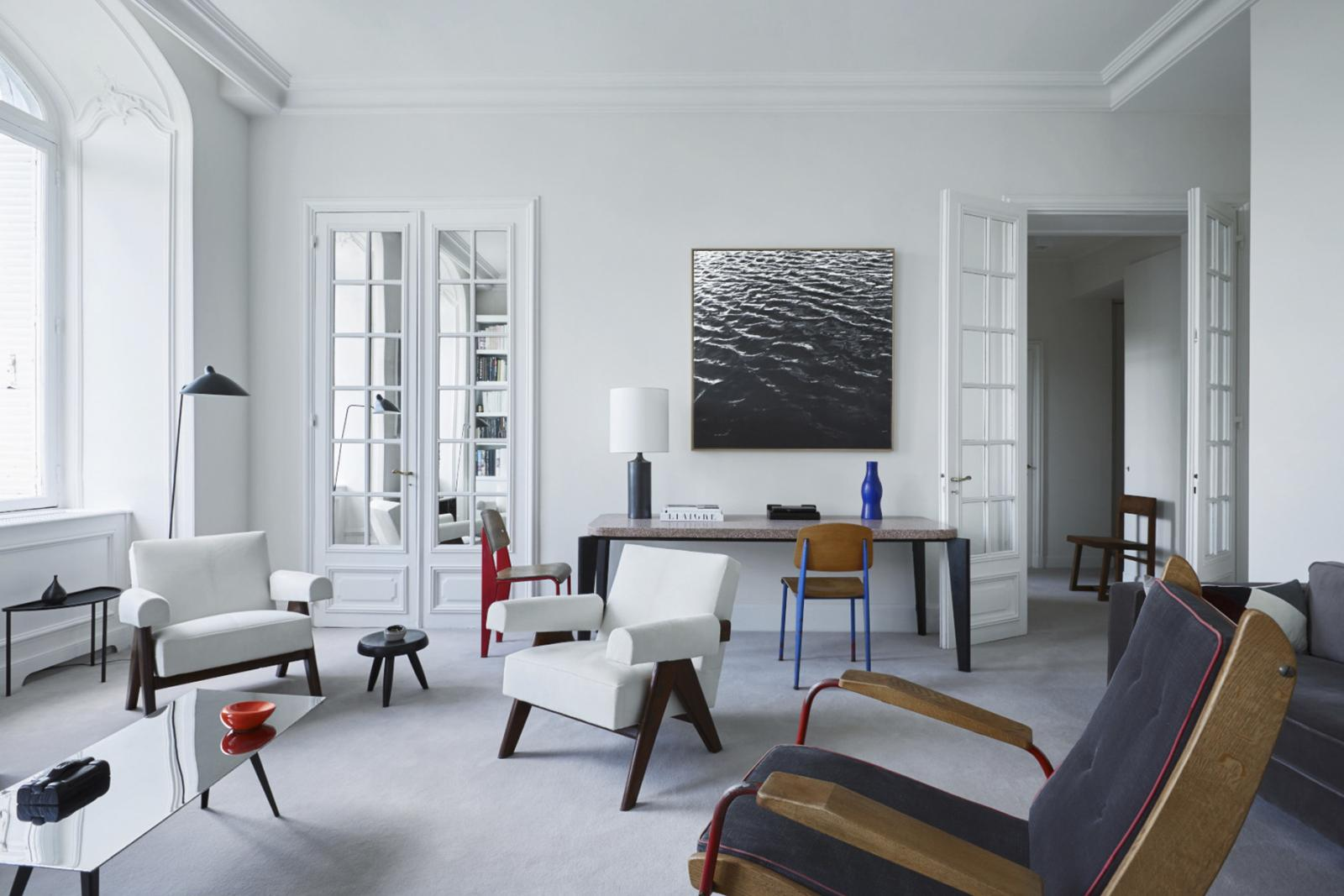 L'appartement parisien d'Emmanuel deBayser, avec des meubles de Jean Prouvé, Pierre Jeanneret, Charlotte Perriand et Ron Arad, céramiques et lampe de
