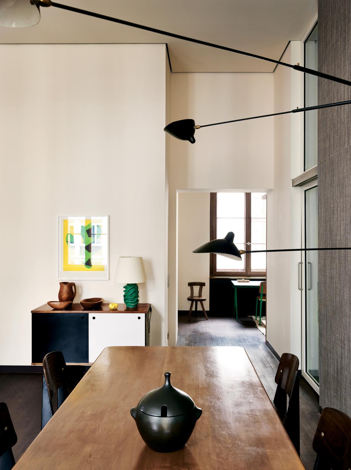 À Berlin, table de Pierre Chapo, chaises de Jean Prouvé, bahut de Charlotte Perriand, céramique de Georges Jouve, sculpture en bois d'Alexandre Noll,