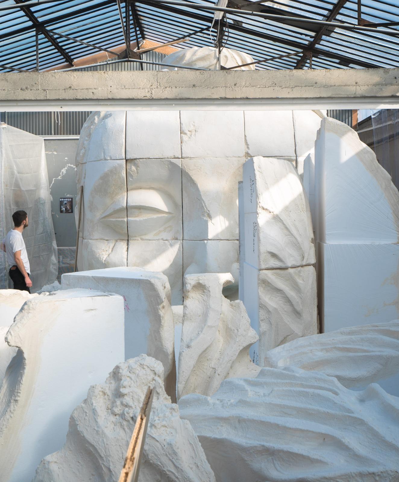 Vue de l'atelier parisien de Prune Nourry: statue monumentale de bouddha en cours de création en vue de l'exposition au musée Guimet. ©Antoine Pétin