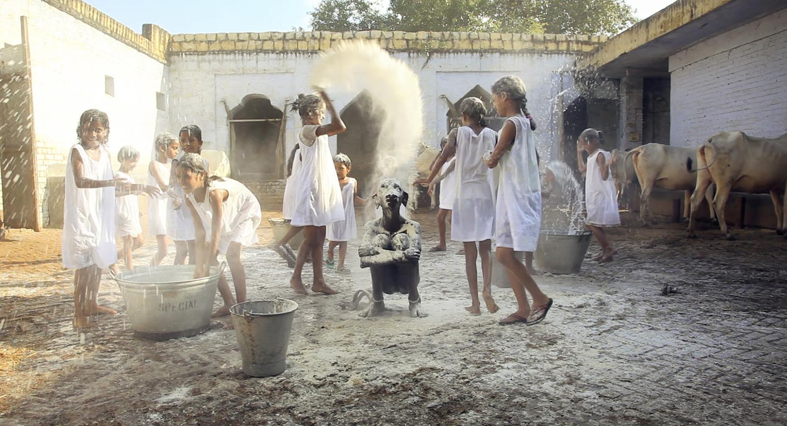 Fillettes indiennes, confrontées à une œuvre de la série «Holy Daughters». ©Studio Prune Nourry