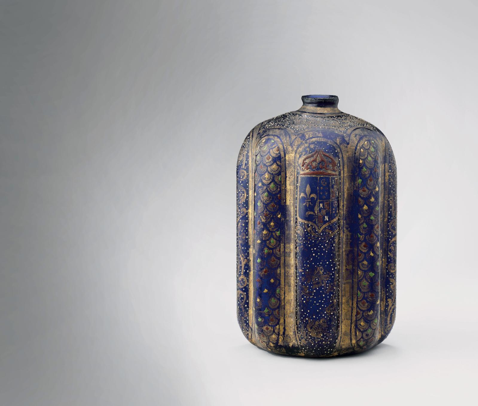 Bouteille aux armes de Catherine de Médicis, verre bleu émaillé, achetée à Paris en 1997. © RMN - GRAND PALAIS (MUSÉE DE LA RENAISSANCE, CHATEAU D'ÉCO