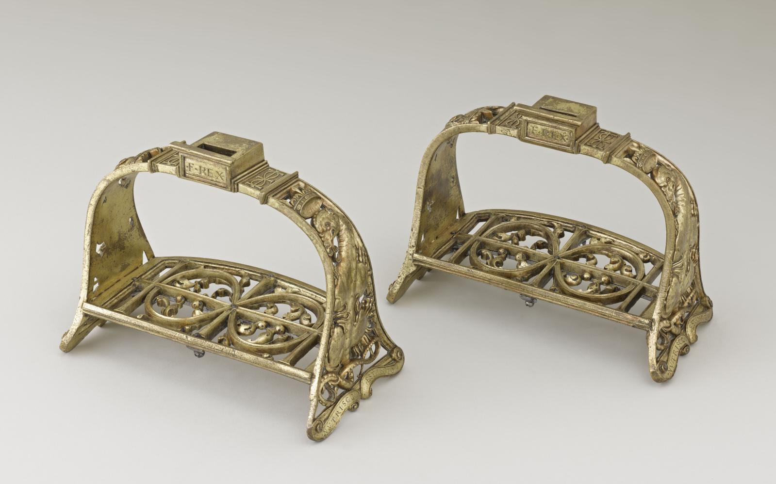 Paire d'étriers de parade de FrançoisIer, Paris, XVIe, bronze, dorure, 55x19,9cm, présentés au château de Chambord, dans le cadre des 40ans du mu