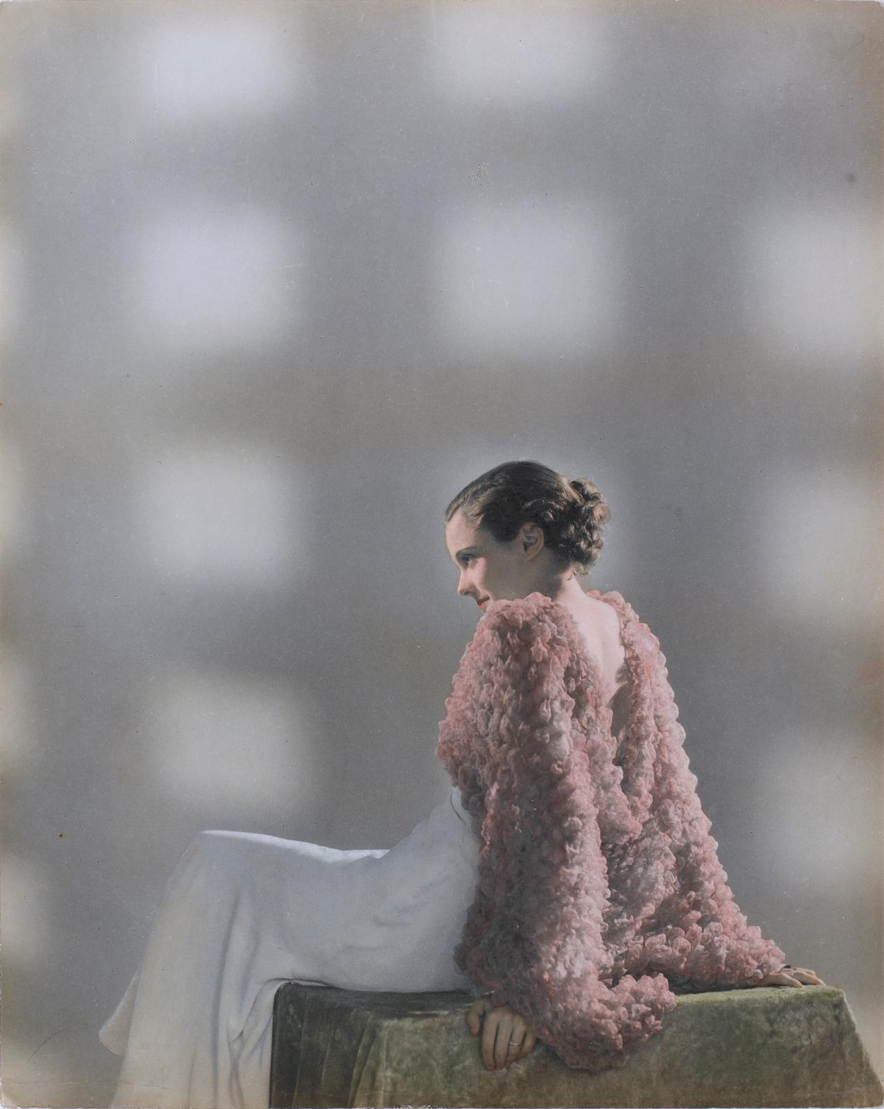 Dora Maar (1907-1997), Sans titre [Mannequin assise de profil en robe et veste de soirée], vers 1932-1935, 29,9x23,8cm.