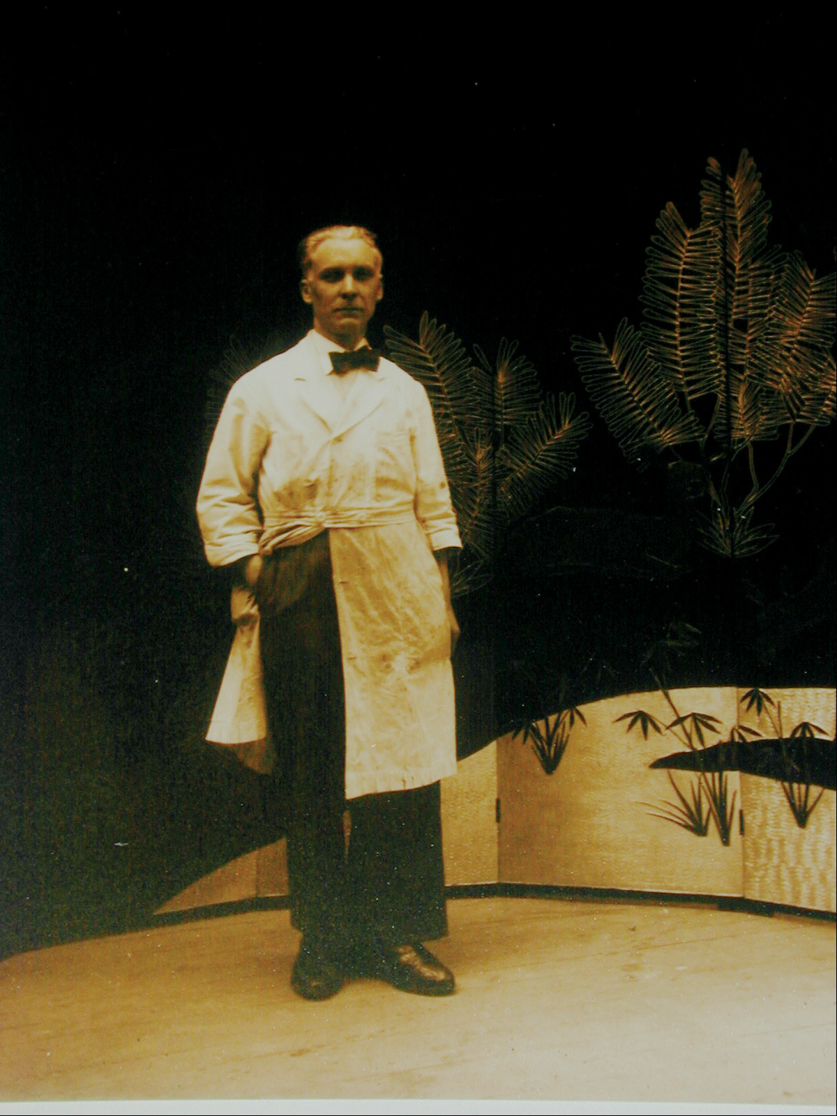 Louis Midavaine (1888-1978) devant l'une de ses décorations, photographie d'époque. Document Atelier Midavaine