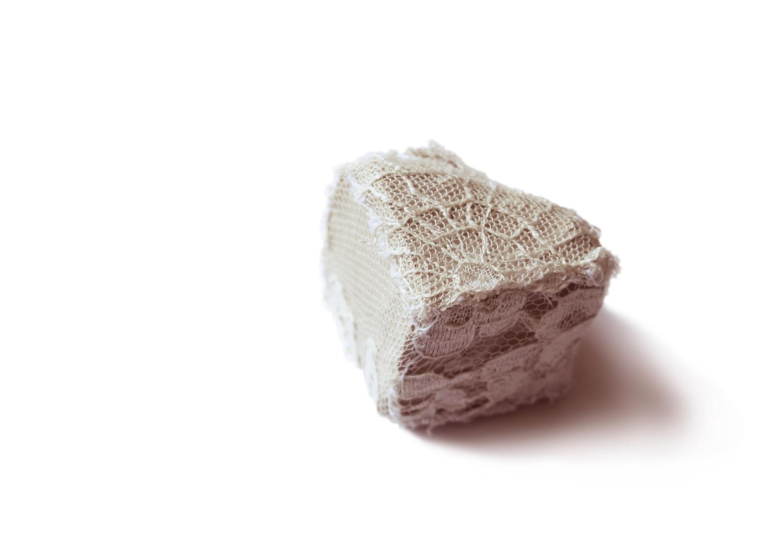 Porto (détail), 2014, pavé, fragments de dentelle, fil de soie, 4x4x4cm. ©Clément H.