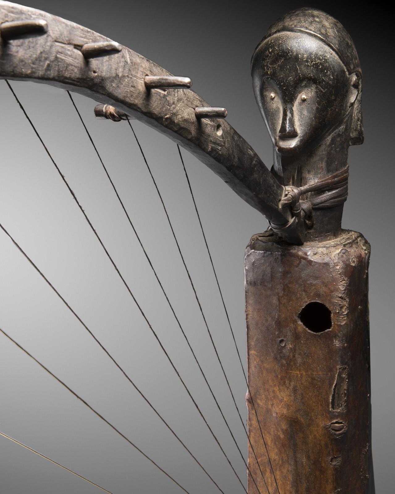 Gabon, harpe fang, XIXesiècle. Galerie Bernard Dulon, Paris. Courtesy Galerie Bernard Dulon