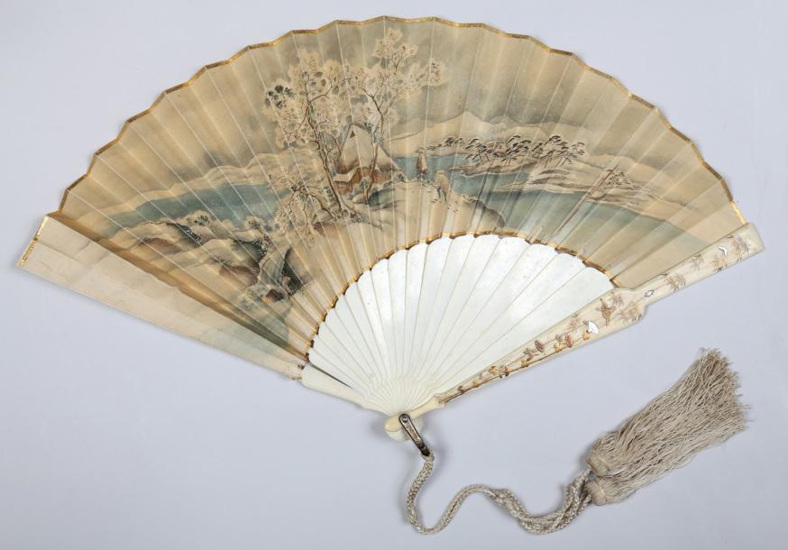 347€Éventail, fin du XIXesiècle, monture en ivoire, panaches rehaussés d'or et d'incrustations de nacre, feuille asymétrique en papier aquarellé d'u