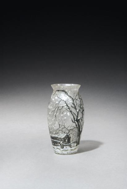 1547€Müller Frères (Lunéville), Paysage de neige, vase en verre blanc transparent, décor en émaux durs d'arbres bruns et noirs, de maison et de sol