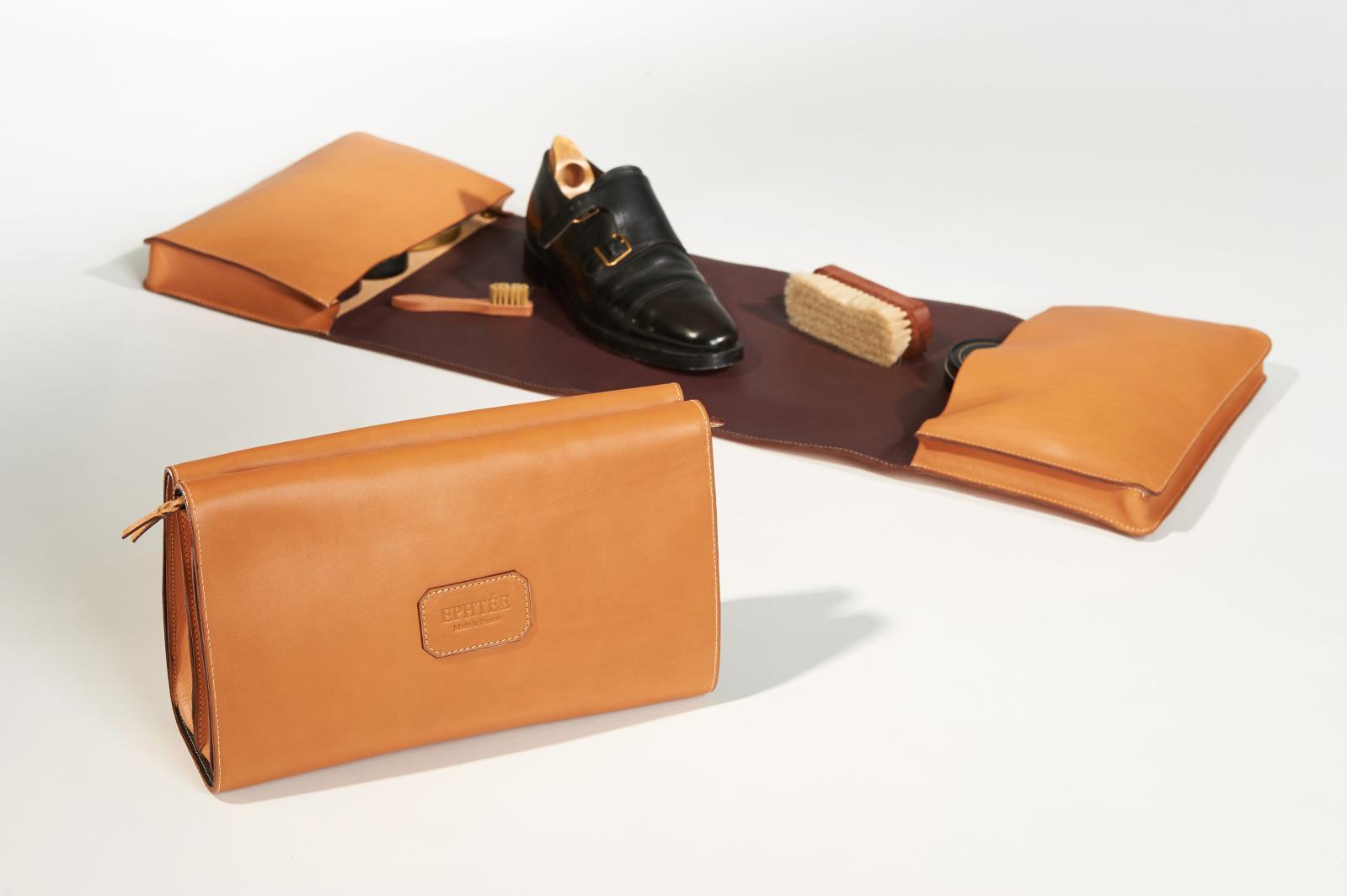 Trousse en cuir, avec tapis de travail intégré.