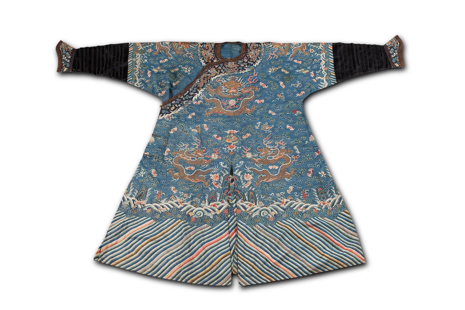 Sous les empereurs de la dynastie Qing, la robe impériale est reprise de la tenue mongole adaptée à l'équitation. Celle-ci, prisée 5000/8000€, date
