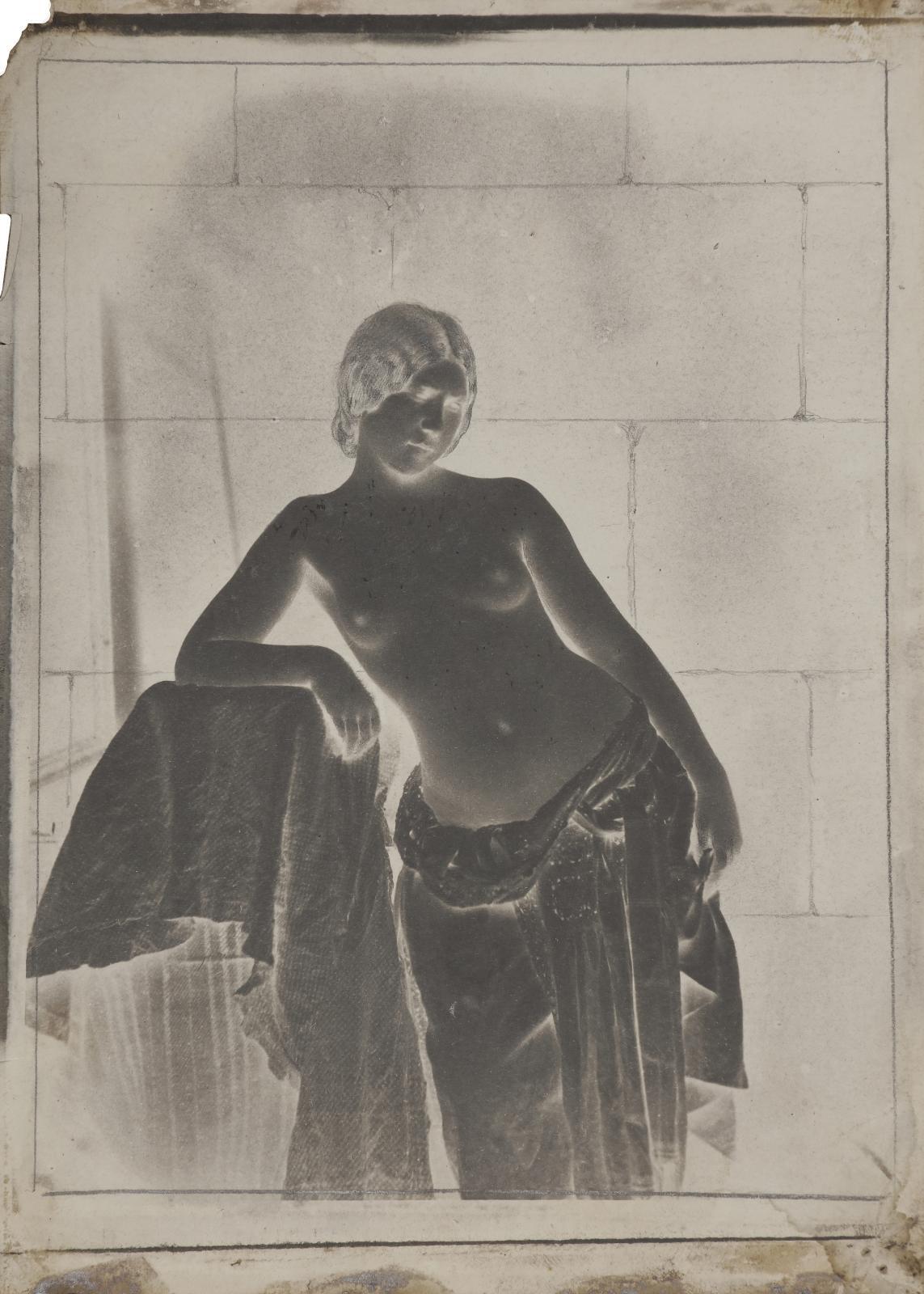 Julien Vallou de Villeneuve (1795-1866), Nu féminin, vers 1852, négatif sur papier (calotype), retouches à la mine de plomb, numéro76, 19x13,3cm.P