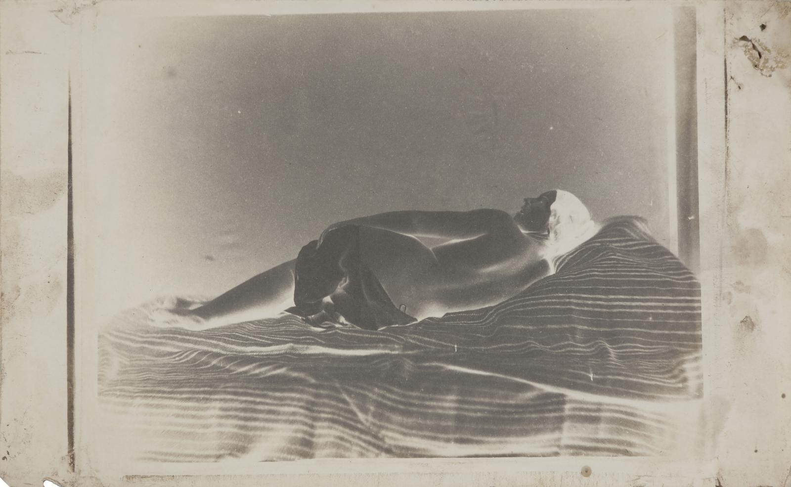 Julien Vallou deVilleneuve (1795-1866), Nu allongé, vers 1852, face et dos (reproduit), deux négatifs sur papier (calotype), retouches à la mine de p