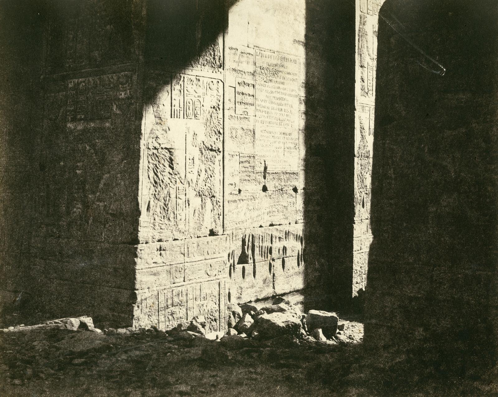 Félix Teynard (1817-1892), Nubie - Philae - inscription française sur le 1er pylone, 1851, épreuve sur papier albuminé d'après un négatif papier, 24,8