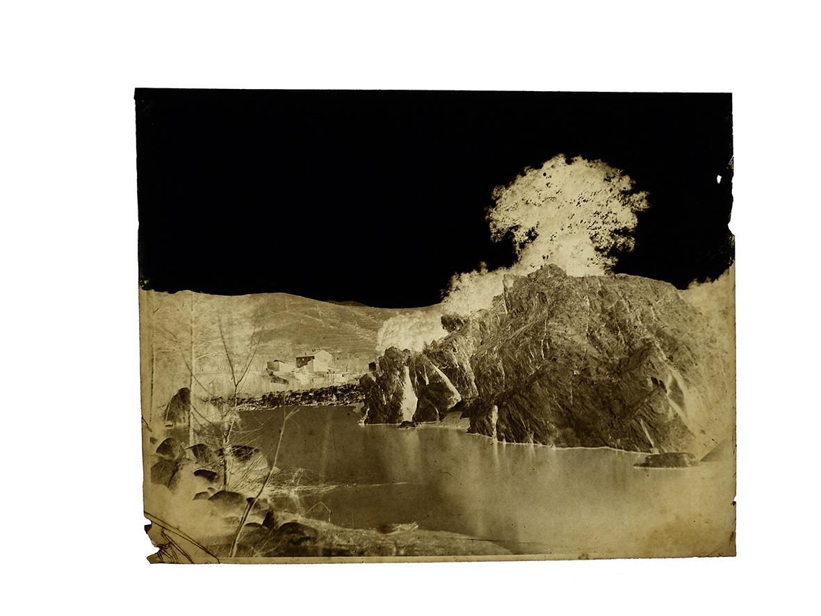 Louis de Clercq (1836-1901), Rocher surplombant une rivière dans le sud-ouest de la France, vers 1860, négatif sur papier, ciel repris à l'encre de Ch