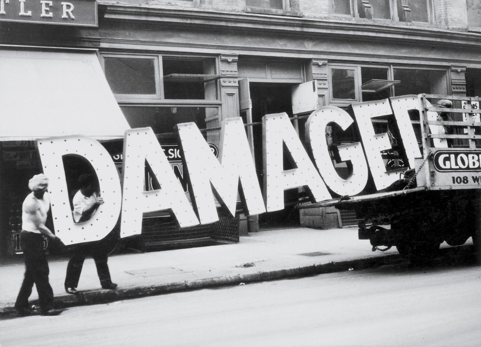 Walker Evans, Truck and Sign, 1928-1930, épreuve gélatino-argentique, 16,5x22,2cm, collection particulière, San Francisco.
