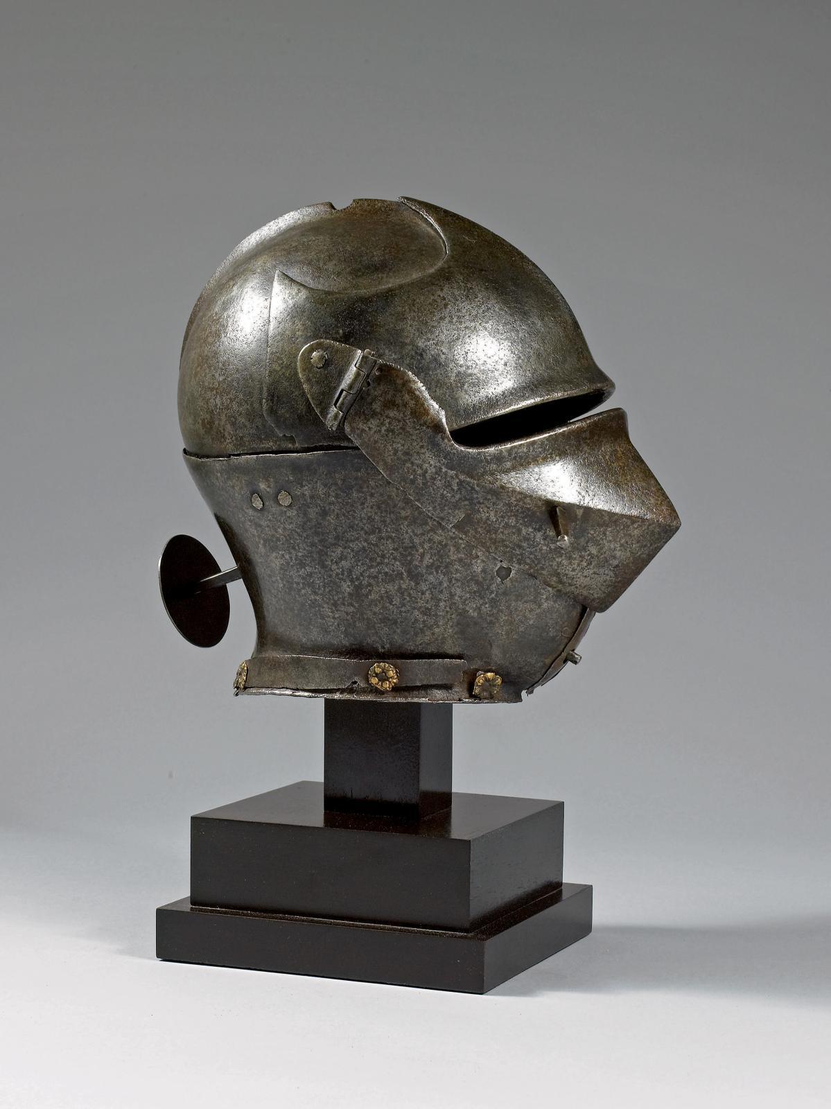 Italie du Nord, vers 1480-1490. Armet en fer forgé du type dit «armet à rondelle».Pierre Richard Royer.