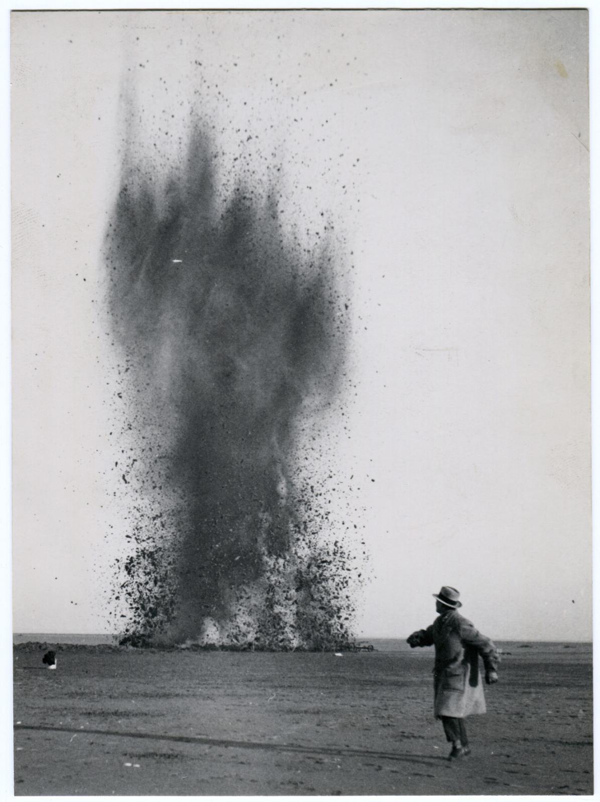 Éli Lotar(1905-1969), Travaux d'assèchement du Zuiderzee, Pays-Bas, 1930, épreuve gélatino-argentique d'époque, 17,4x12,8cm, archives Tériade, mus