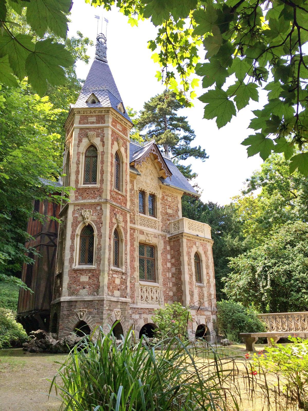 Le château d'If et son architecture néogothique.