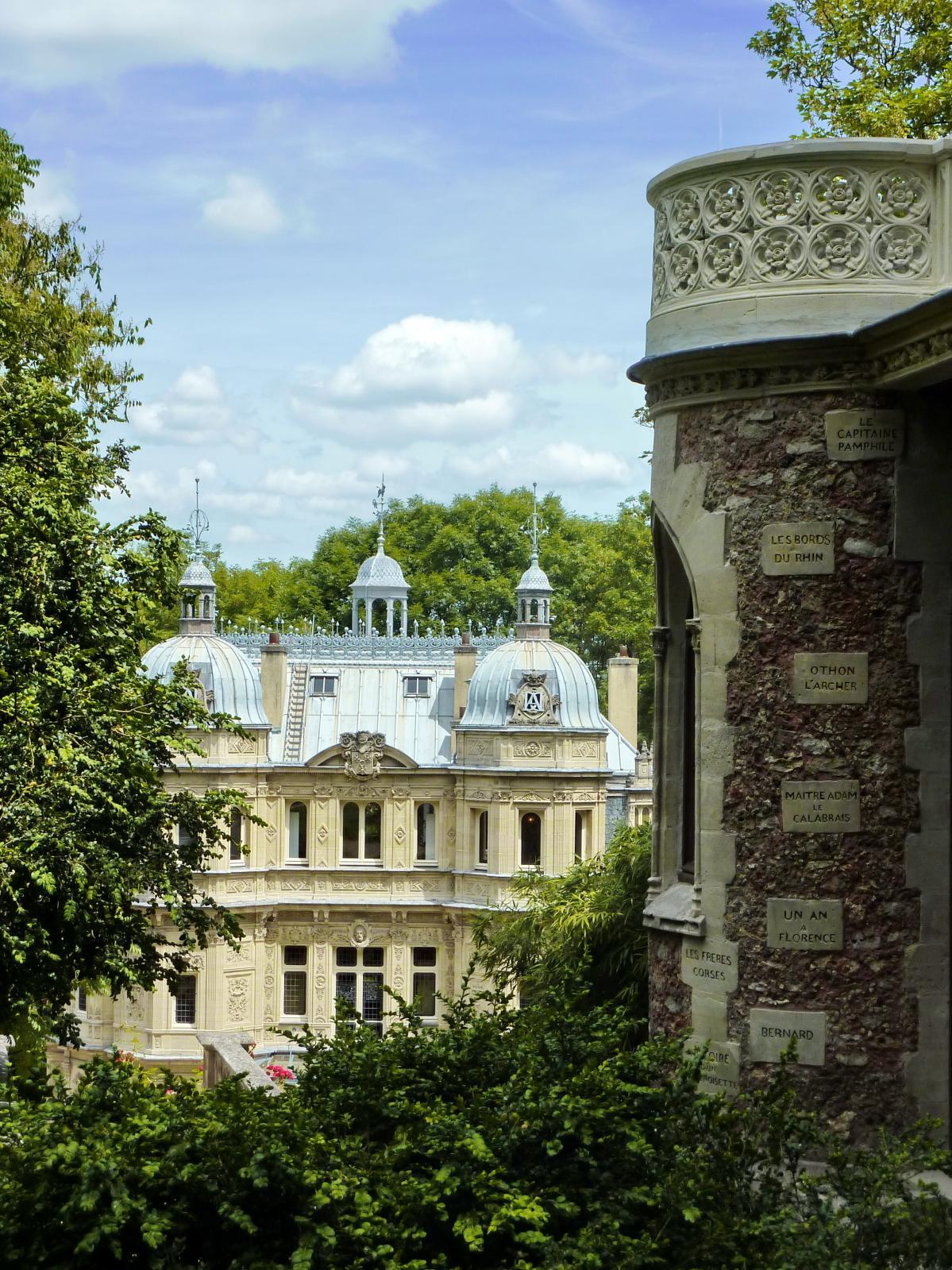 Le château de Monte-Cristo vu depuis le château d'If.