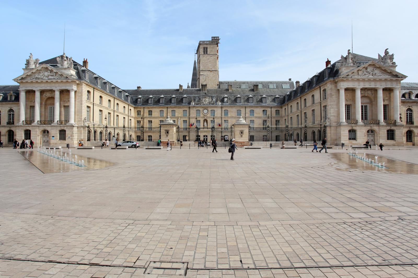 Le palais des États et des ducs de Bourgogne depuis la place de la Libération. Le musée des beaux-arts occupe l'aile orientale.