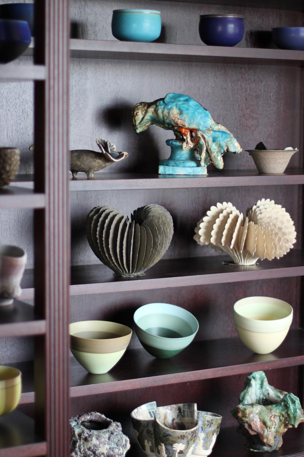 Collection Bernard Bachelier, à Paris. Sur l'étagère supérieure: pièces d'Alev Siesbye (bols bleus), Johan Creten (sculpture), Valérie Delarue, Bruno