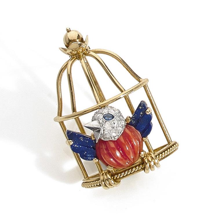 Cartier, «L'oiseau libéré», broche en or jaune, le corps en corail ciselé, les ailes en lapis-lazuli, la tête sertie de diamants et l'œil d'un saphir,