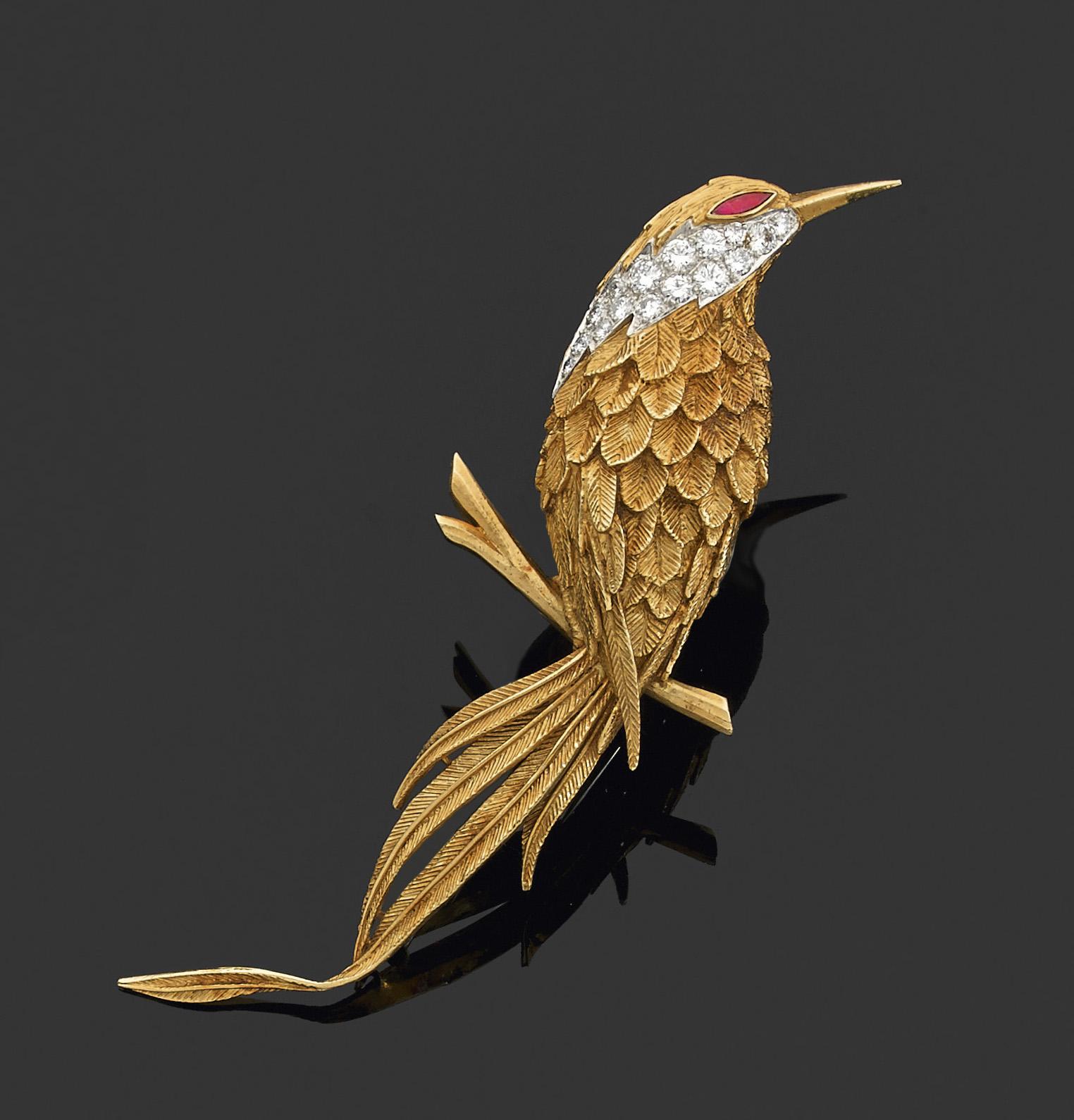 Van Cleef &Arpels, broche en or jaune stylisant un oiseau branché, le plumage partiellement rehaussé de diamants, l'œil serti d'un rubis, poids brut