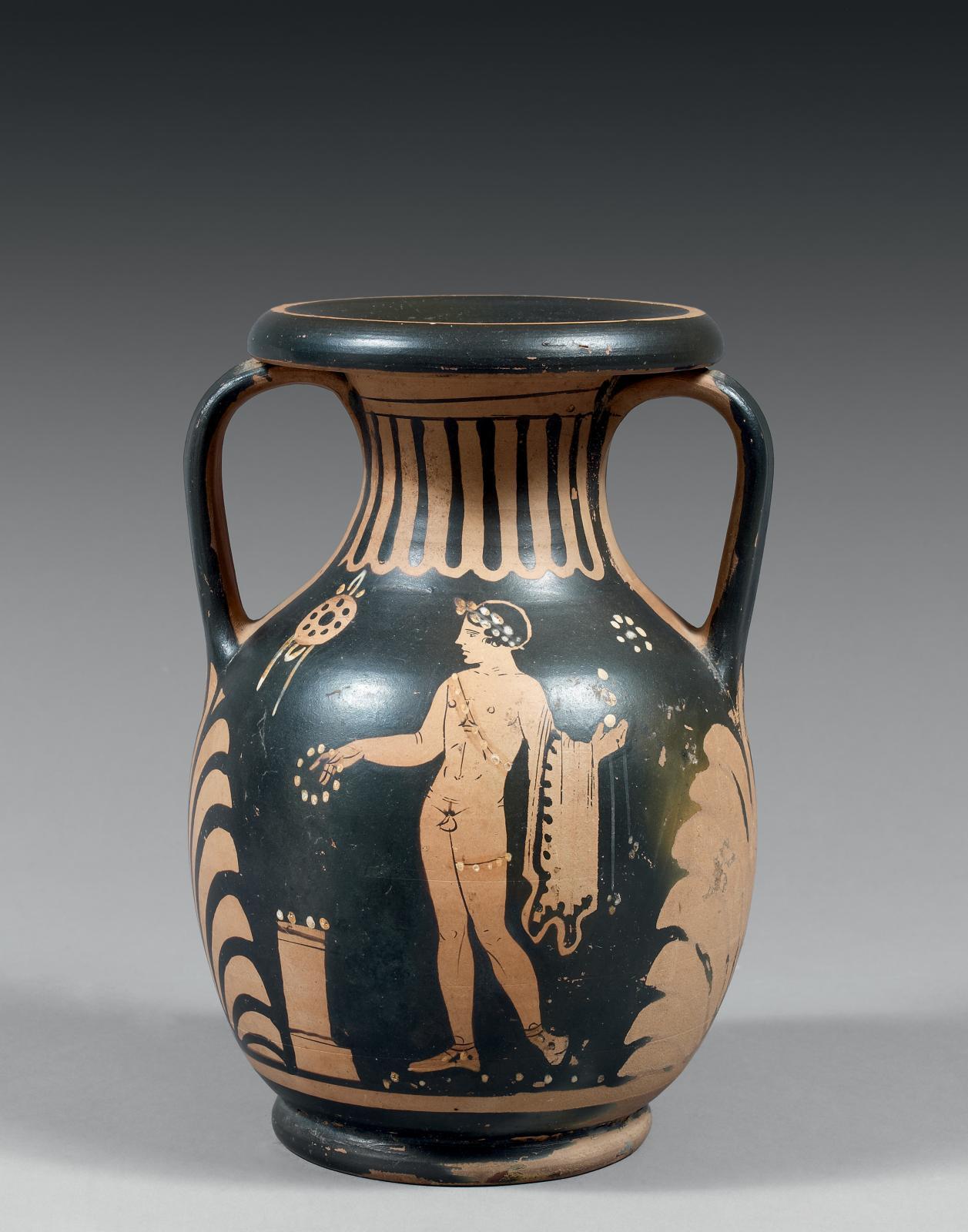 Grande-Grèce, ateliers siciliens(?), IVesiècle av. J.-C. Olpé à figures rouges décoré d'un côté d'un éphèbe nu offrant une couronne, de l'autre d'un