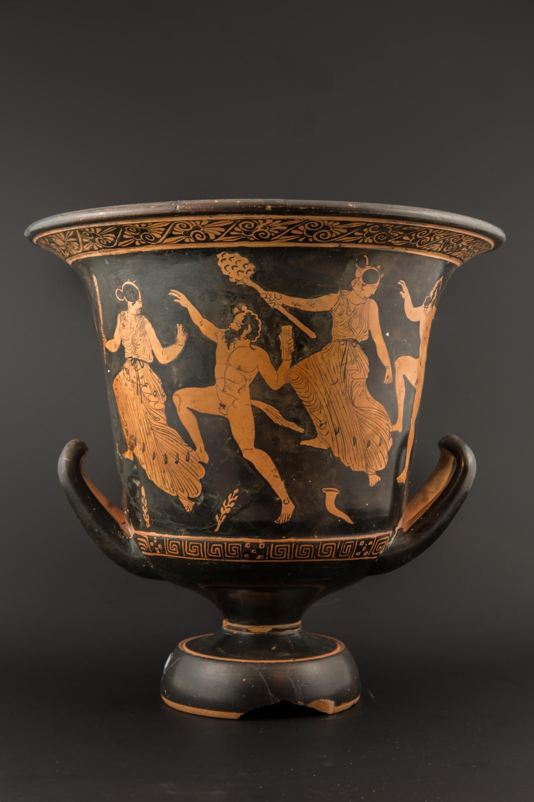 Grèce, fin du Vesiècle av. J.-C. Cratère attique en calice à figures rouges décoré d'Héraclès reçu par les dieux d'un côté, d'une scène bacchique de