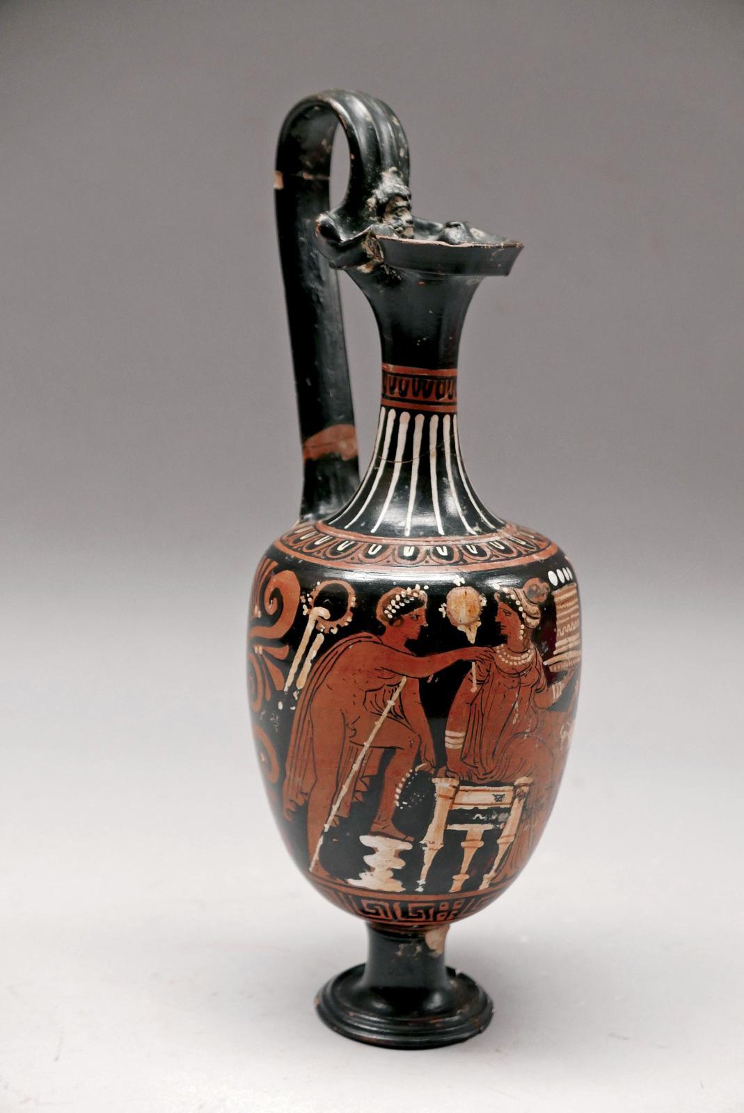 Grande-Grèce, IVesiècleav.J.-C. Aiguière à figures rouges décorée d'un homme courtisant une jeune femme, terre cuite vernissée noir, rehauts de bla