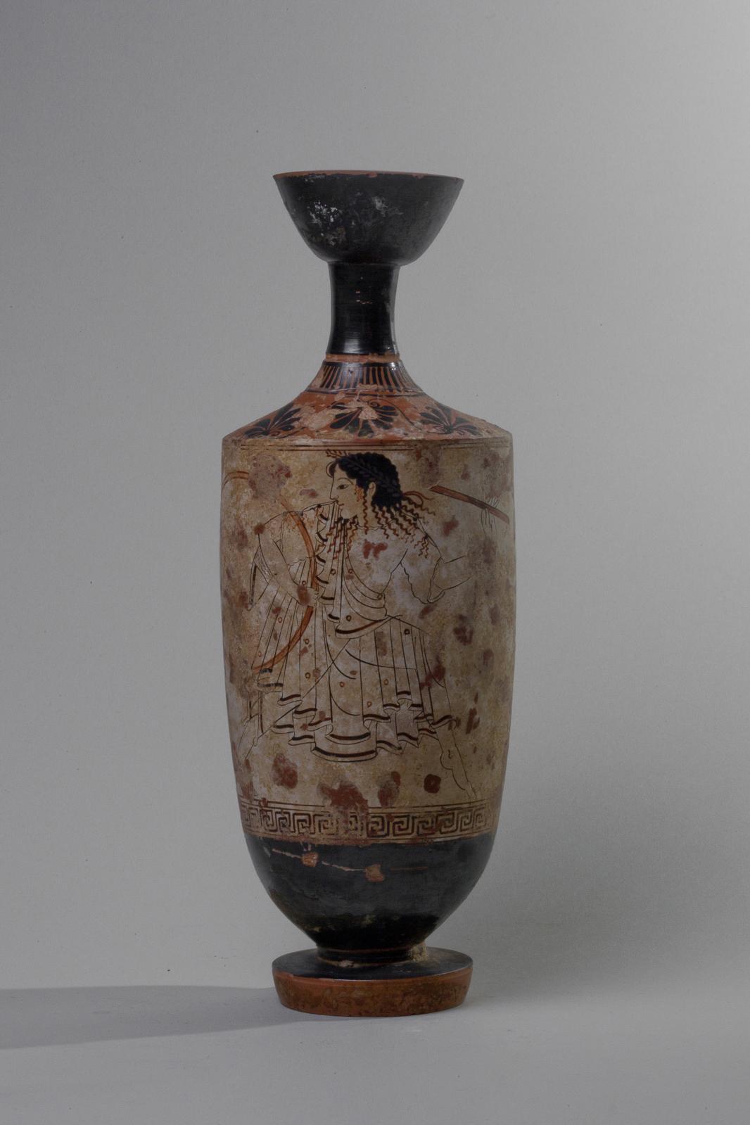 Grèce, fin du VIesiècle av.J.-C., attribué au Peintre de la Femme. Lécythe attique à fond blanc décoré d'une femme au tambourin(?), terre cuite ver
